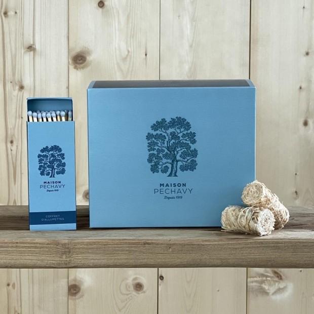 Boîte Maison Péchavy Bleu Paon de 60 allume-feux en laine de bois, avec ses allumettes en peuplier naturel.
